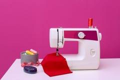 Современная швейная машина на таблице стоковые фотографии rf