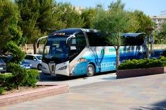 Современная шина для транспорта туристов близко вход к гостинице Стоковая Фотография RF