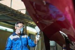 Современная шлюпка картины работника в мастерской Стоковые Фото
