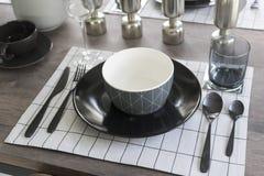 Современная dinning таблица при таблица установленная дома Стоковое Изображение RF