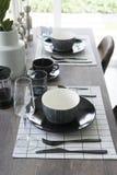 Современная dinning таблица при таблица установленная дома Стоковое Изображение
