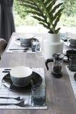 Современная dinning таблица при таблица установленная дома Стоковая Фотография