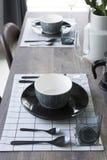 Современная dinning таблица при таблица установленная дома Стоковые Изображения