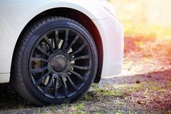 Современное автоматическое колесо автомобиля с красивыми черными диском и fre сплава Стоковая Фотография