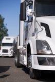 Современное белое большое снаряжение semi перевозит положение на грузовиках на месте для стоянки Стоковые Изображения RF
