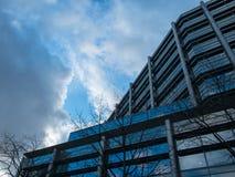 Современное большое административное здание и небо никакие 2 Стоковые Изображения