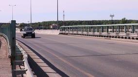 Современное движение автомобилей и тележек на мосте сток-видео