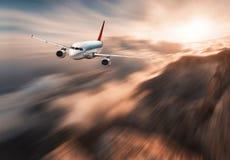 Современное влияние нерезкости движения mith самолета летает над облако нижнего яруса Стоковая Фотография RF
