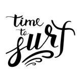 Современное время надписи щетки заниматься серфингом логотип иллюстрация штока