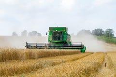 Современное вырезывание жатки зернокомбайна John Deere cts 9780i подрезывает ячмень пшеницы мозоли работая золотое поле Стоковое фото RF
