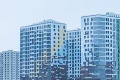 современное городское здание под конструкцией с краном Промышленная строительная конструкция современный жилой квартал города Стоковая Фотография RF