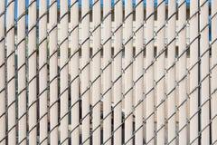Современное заволакивание стены с вертикальными пластмассой и проводом для backgrou стоковое изображение rf