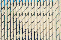Современное заволакивание стены с вертикальными пластмассой и проводом для backgrou стоковое фото rf