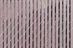 Современное заволакивание стены с вертикальными пластмассой и проводом для backgrou Стоковая Фотография