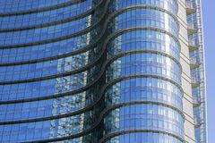Современное застекленное офисное здание, деловой район, Porta Nuova, аркада Gael Aulenti, Милан, Италия стоковые фотографии rf