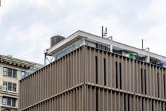 Современное здание архитектуры в зоне DUMBO в Нью-Йорке стоковое фото
