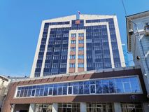 Современное здание суда арбитража на улице Svetlanskaya стоковое фото