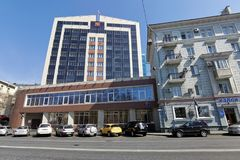 Современное здание суда арбитража на улице Svetlanskaya стоковые фотографии rf