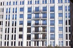 Современное здание с большими стеклянными окнами стоковое фото rf