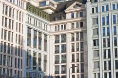 Современное здание с большими стеклянными окнами стоковые изображения rf