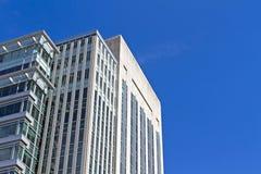 Современное здание в городе, голубое небо небоскреба, предпосылка Стоковое Изображение RF