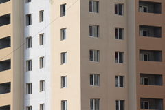 Современное здание в заключительных этапах конструкции стоковое фото