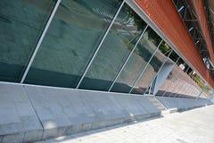 Современное здание образования в Альмело (Оверэйселе, Нидерландах) Стоковое Изображение RF