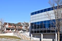 Современное здание средней школы в жилой общине Стоковое фото RF