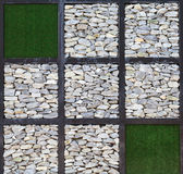 Современное искусство, блок стены утеса и искусственная трава Стоковая Фотография RF