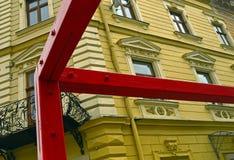 Современное искусство на предпосылке старого здания Стоковое Изображение RF