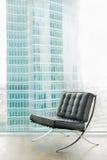 Современное кожаное кресло против большого окна Стоковые Изображения RF