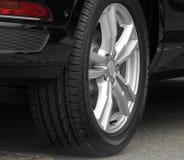 Современное колесо сплава автомобиля Стоковые Фотографии RF