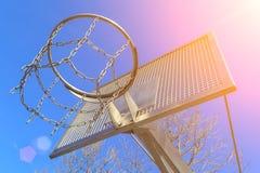 Современное кольцо баскетбола металла анти--вандала на предпосылке голубого неба Стоковая Фотография