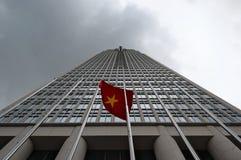 Современное коммерчески многоэтажное здание с национальным флагом Вьетнама стоковое изображение