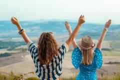 Современное ликование путешественников матери и дочери стоковые фотографии rf