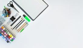 Современное место для работы с канцелярскими принадлежностями установило на белую предпосылку цвета Взгляд сверху Плоское положен Стоковое Фото