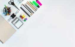 Современное место для работы с канцелярскими принадлежностями установило на белую предпосылку цвета Взгляд сверху Плоское положен Стоковые Фото
