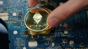Современное минирование cryptocurrency Монетки bitcoin и ethereum золота на монтажной плате акции видеоматериалы