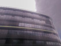 Современное многоэтажное здание против облачного неба в Праге стоковое изображение