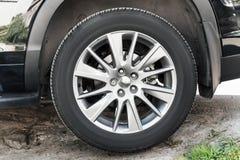 Современное неопознаваемое колесо автомобиля suv Стоковые Фото