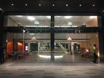 Современное лобби гостиницы на ноче стоковое фото rf