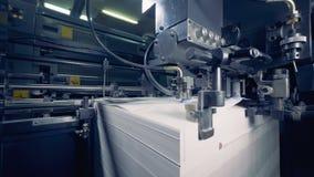 Современное оборудование работает с бумагой на фабрике печати Бумажный производственный процесс сток-видео