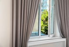 Современное окно с занавесами в комнате конструированный тип комнаты домашнего интерьера живя ретро стоковые фотографии rf