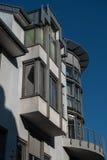 Современное офисное здание в Hilden перед голубым небом стоковое фото