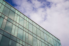 Современное офисное здание стиля с голубым небом и облаком на заднем плане стоковое фото