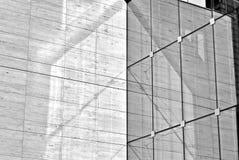 Современное офисное здание с фасадом стекла черная белизна Стоковое Фото