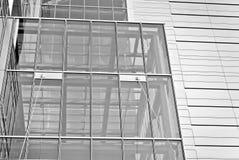 Современное офисное здание с фасадом стекла черная белизна Стоковые Изображения