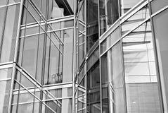 Современное офисное здание с фасадом стекла черная белизна Стоковое Изображение RF