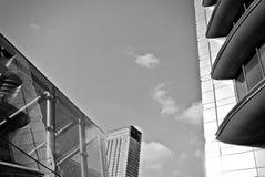 Современное офисное здание с фасадом стекла черная белизна Стоковое Изображение