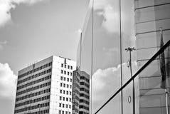 Современное офисное здание с фасадом стекла черная белизна Стоковая Фотография RF